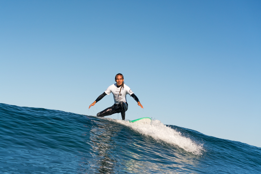 Henry Martínez: El surfista que baila en las olas