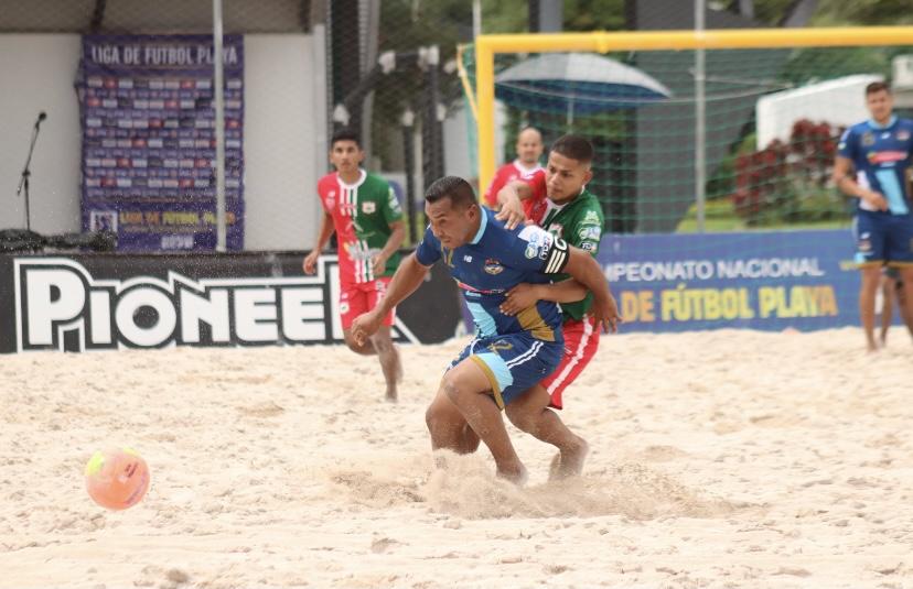 MP Matapalo acaricia la copa de campeón de la liga de Fútbol Playa